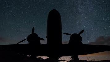 stelle cielo girando lasso di tempo di aerei militari d'epoca. cielo notturno con la via lattea