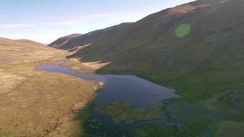 4k Luftaufnahme nach vorne Cordillera Valley Lake Sonnenuntergang video