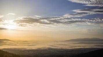 nebliges Feld und Wolken Sonnenaufgang
