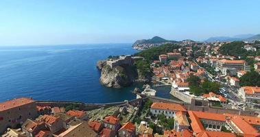vista aerea dei tetti rossi della città vecchia di dubrovnik video