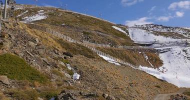 sole luce giorno tempo inizio inverno montagna sci resirt ascensore equitazione 4k spagna video