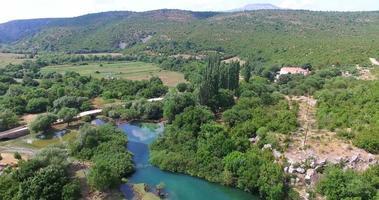 Vista aérea del río krupa junto al monasterio krupa, croacia