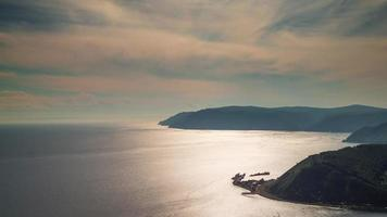 Rusia sol luz panorama de costa de lago baikal 4k lapso de tiempo siberia