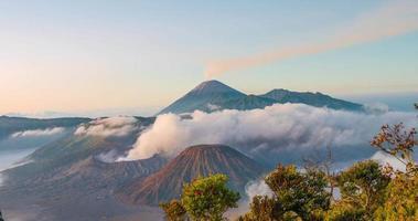 Timelapse 4K di alba mt. bromo, java orientale, indonesia