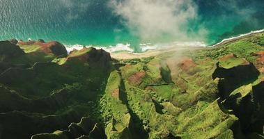 Luftaufnahme fliegt über Dschungel-Berggipfel, na pali Küste Kauai