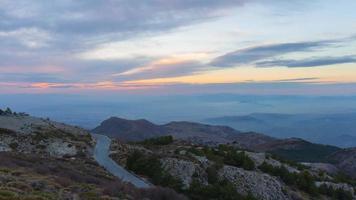 strada di montagna luce tramonto a sierra nevada 4k lasso di tempo spagna video