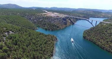 vista aérea de um barco navegando em direção à ponte Krka, na Croácia