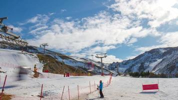 giornata di sole sierra nevada spagna stazione sciistica ascensore e corsa modo 4k lasso di tempo video