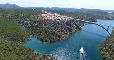 vista aérea de um barco navegando em direção à ponte Krka, na Croácia video