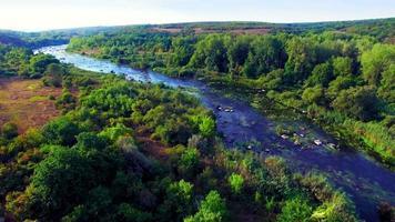 Luftaufnahme des schnellen Flusstals video
