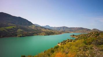 Berg sonniger Tag farbigen See Medow Blick 4k Zeitraffer Spanien