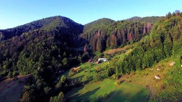 Vista aérea de la aldea en las montañas de los Cárpatos. video