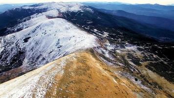 vista aérea de los picos más altos de los cárpatos ucranianos video