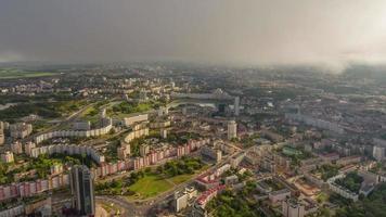Bielorussia tramonto alba cielo minsk paesaggio urbano panorama aereo 4k lasso di tempo