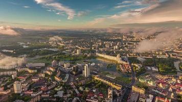 Bielorussia minsk paesaggio urbano tramonto alba aerea centro panorama 4k lasso di tempo