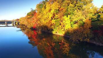 viaggio tra il fogliame autunnale colorato sul bordo del fiume