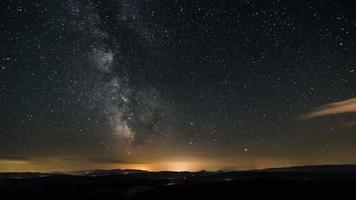 lasso di tempo della galassia della Via Lattea. stelle che si muovono nella notte stellata