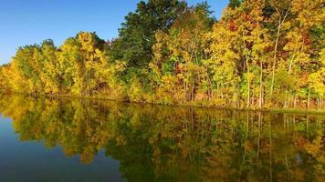 viaggio veloce lungo fogliame autunnale colorato al bordo del fiume