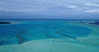 vista aerea della laguna di barriera corallina nel Pacifico meridionale