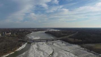 Vista aérea del puente sobre el río parcialmente congelado en Ohio video