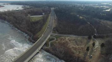 Vista aérea del tráfico hacia el puente durante el invierno de Ohio video