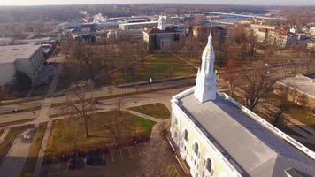 sobrevuelo aéreo impresionante del campus de la universidad de lawrence en appleton, wisconsin.