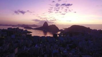 Luftaufnahme der Stadt Rio de Janeiro mit Hintergrundbeleuchtung und Schiebereglerbewegung zwischen zwei Bergen