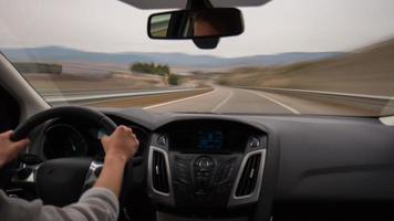 día luz viaje por carretera a través de España conductor manos vista coche 4k lapso de tiempo