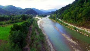 Vista aérea del río de montaña en los Cárpatos. video