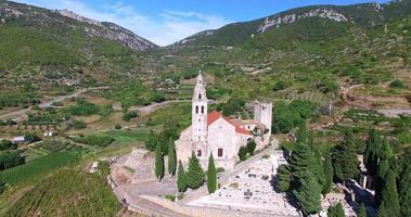vista aérea de la iglesia st. nicolas en komiza, croacia