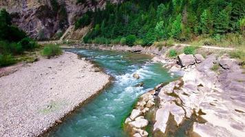 Vista aérea del río de montaña en los Cárpatos.