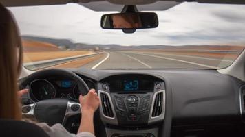 día luz carretera viaje chica conductor coche panel vista 4k lapso de tiempo