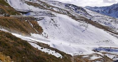 inizio inverno stazione sciistica ascensore equitazione giorno tempo 4K spagna sierra nevada