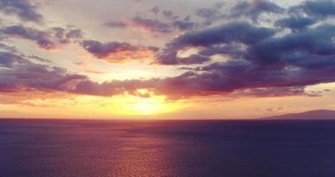 dramatischer lebendiger Sonnenuntergang. Luftaufnahme in 4k