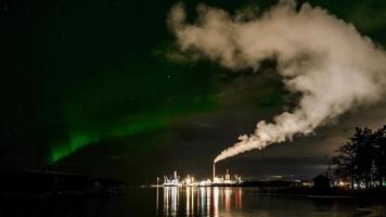 aurora boreale sulla zona industriale video