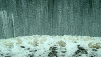 conceitos de poder e preservação do meio ambiente de água limpa. cachoeira no rio video