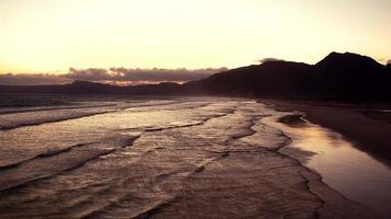 Luftaufnahme eines Strandes bei Sonnenuntergang
