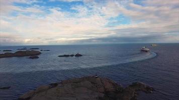 riprese aeree di grande nave da crociera sulla costa norvegese