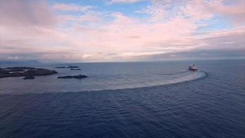 vista aérea de um grande navio de cruzeiro na costa norueguesa video