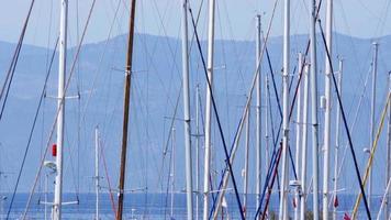 Poteaux de plaisance dans la marina, quai de bateau, jetée, Kusadasi, Turquie video