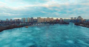 voando sobre os pescadores de gelo no gelo, no peixe frio video