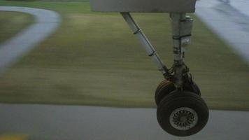 Rad berührt die Landebahn aus dem Flugzeug