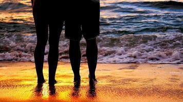 in piedi nell'oceano al tramonto