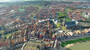 Ciudad de Volendam en Holanda Septentrional en los Países Bajos vista aérea