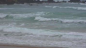 onde dell'oceano vicino alla costa