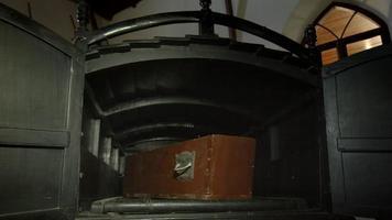 caixão no carro funerário antiquado. video