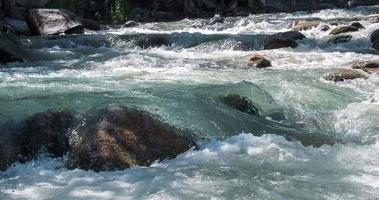 sauberer Gebirgsfluss