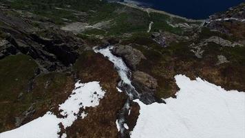 voando sobre uma incrível cachoeira alta na Noruega, imagens aéreas