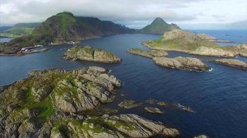 vila de pescadores mortsund nas ilhas lofoten na noruega, vista aérea video