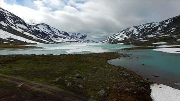 lago congelado em passagem de montanha na noruega video
